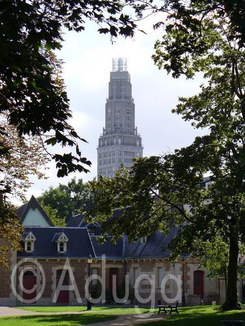 Photo de la semaine. Tour Perret d'Amiens. Vue depuis le Parc de l'Évêché.